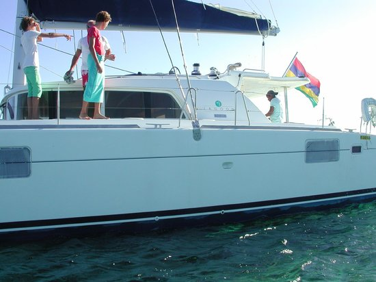 20 Degres Sud Hotel: catamaran pour se rendre sur l'ile plate