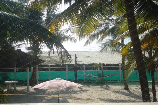 Alleppey Beach Resorts : View of the beach from first floor balcony
