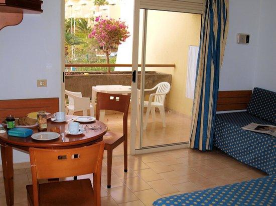 Sol Jandia Mar Apartamentos: Wohnzimmer mit Blick auf Balkon