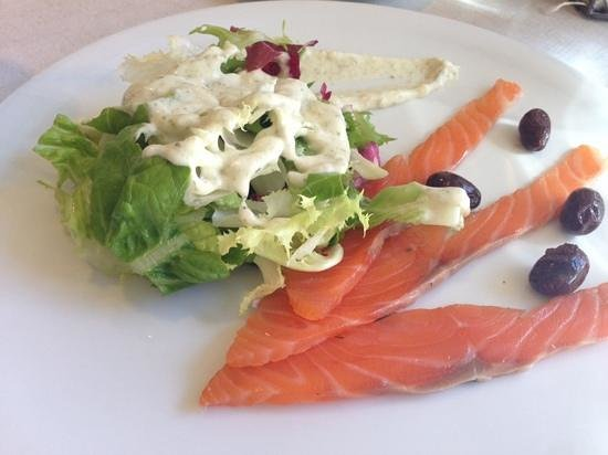 Restaurante Umai: starter: smoked salmon with salad and special sauce