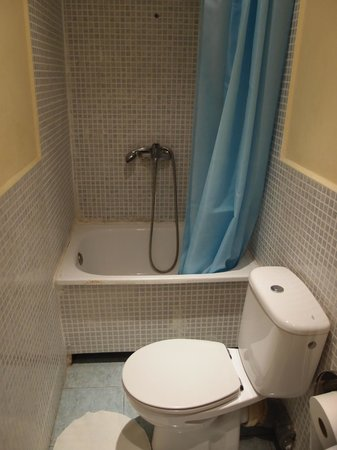 Hostal Baires: バスルーム