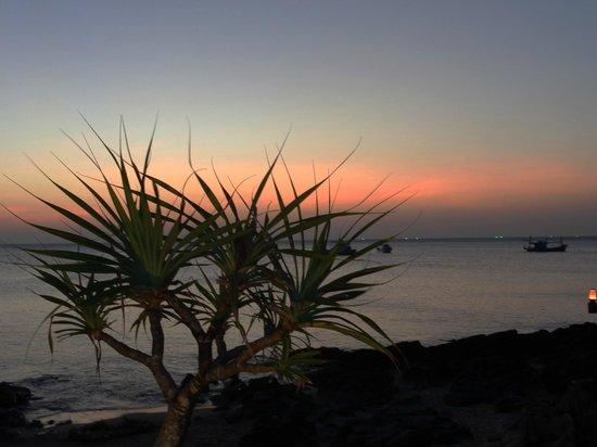 MOONLIGHT Exotic Bay Resort: solnedgång sedd från altanen