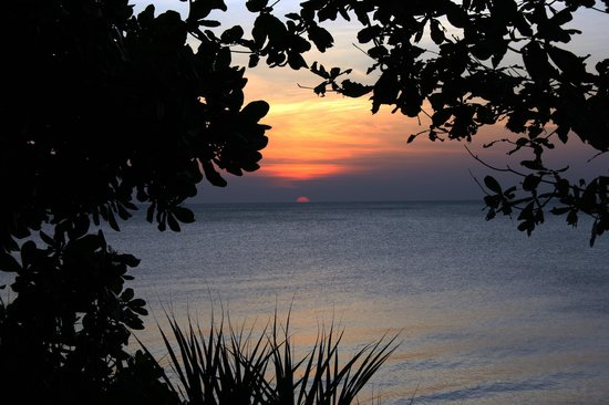 MOONLIGHT Exotic Bay Resort : solnedgång sedd från altanen
