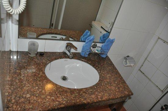 Sapphire Hotel: Washroom sink