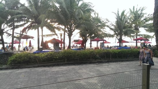 Legian Beach Hotel : View of the beach from the outdoor restaurant