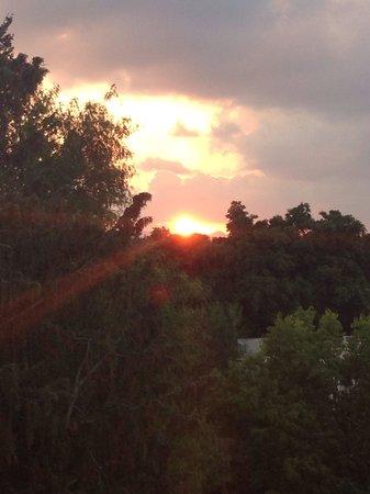 Paphos Gardens Holiday Resort: Wschód słońca widziany z naszego pokoju.