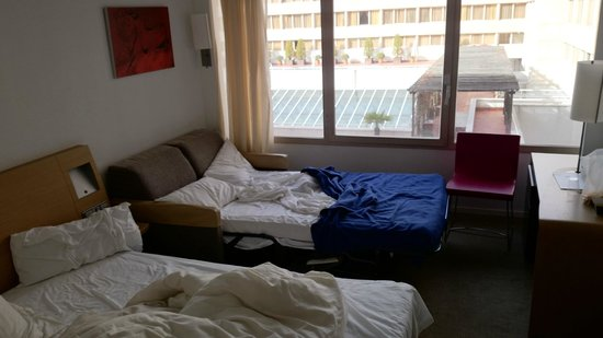 Novotel Madrid Campo de las Naciones : A family room with sofa bed for the kids.