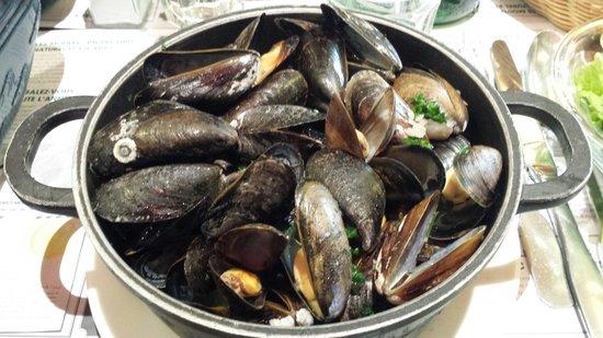 Léon de Bruxelles - Paris / St Germain : Una terrina di ghisa colma di cozze freschissime preparate alla marinara. Una vera delizia!