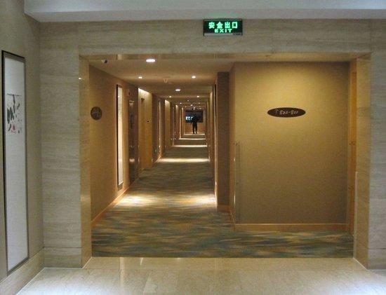 Holiday Inn Beijing Deshengmen: Corridor to the rooms