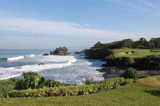 Pan Pacific Nirwana Bali Resort : ティーグラウンド周辺からのタナロット寺院
