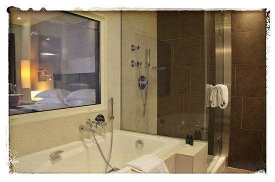 Sofitel Paris La Défense : La salle de bain spacieuse