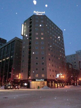 Richmond Hotel Sapporo Ekimae: 大きな道路の交差点にアル