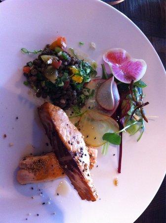 Restaurant Bar Beau Rivage : Saumon mi cuit et salade de lentilles... Très bon !