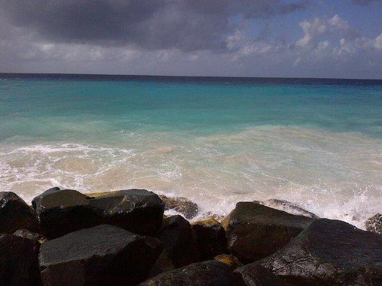 Hilton Barbados Resort: Beach by the rocks.