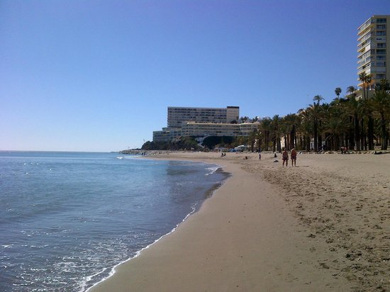 Melia Costa del Sol: View along beach in front of hotel