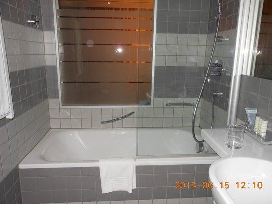 Radisson Blu Hotel, Zurich Airport : 浴槽もゆったり!