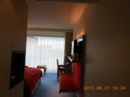 Radisson Blu Hotel, Zurich Airport: 私達の部屋の家具は赤で統一されていました!