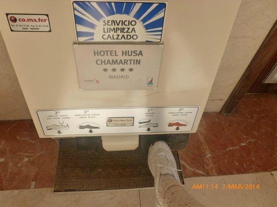 Weare Chamartín Hotel: Limpia zapatos.