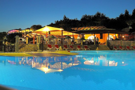 Teos Village: Pool and the snack bar