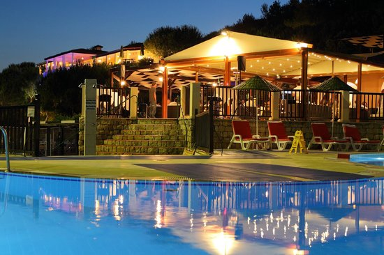 Teos Village: The snack bar by the pool