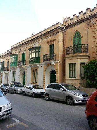 The Palace : Tipici prospetti e balconi Maltesi