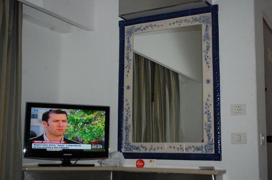 Hotel Apartamento Brisa Sol: espejo y tv de la hab en hotel brisasol