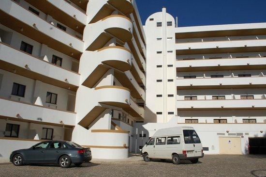 Hotel Apartamento Brisa Sol: parte posterior del hotel brisasol y su estacionamiento