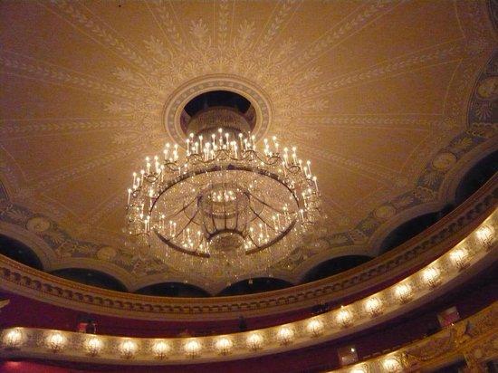 Bayerische Staatsoper:  天井から下がるシャンデリア
