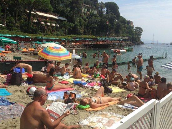 Paraggi, Italie : Вид с пляжа отеля на соседний кусочек муниципального пляжа