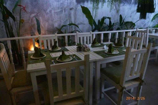 Suay Restaurant: 屋外テーブル