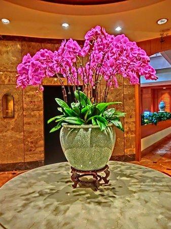 Regent Singapore, A Four Seasons Hotel: ロビーは花であふれる