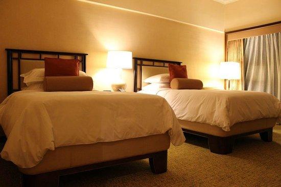 Regent Singapore, A Four Seasons Hotel: 床からベッドに上がるの大変なくらい高〜い。部屋のテレビでは、NHKが見られた。