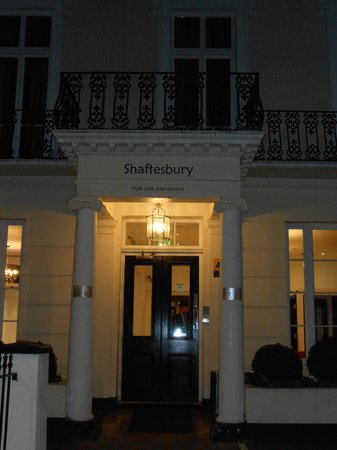 Shaftesbury Hyde Park International: The entry oh the hotel