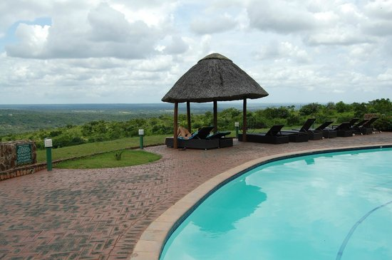 Zulu Nyala Game Lodge: Pool area