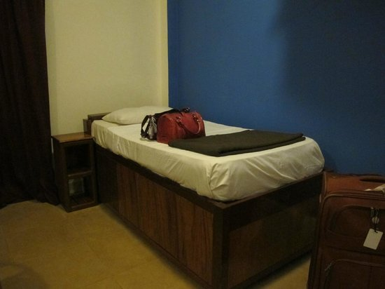 The Siem Reap Hostel: Bed is high, mattress is firm. Pillow was good. Blankets provided.
