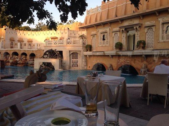 Ajit Bhawan : Quelques samosa en guise d apéro au bord de la piscine