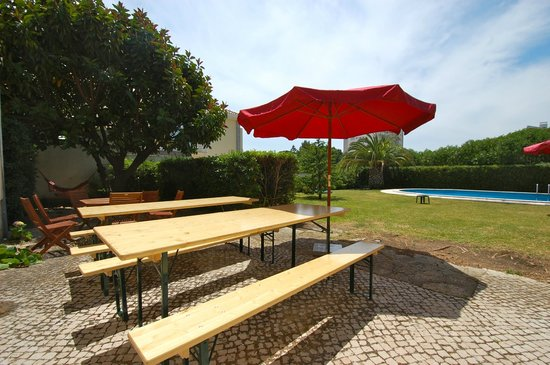 Carcavelos Surf Hostel: Garden and Pool Area