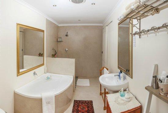 Cape Pillars Boutique Hotel: Luxury Family suite en-suite bathroom