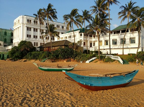Mount Lavinia Hotel: View of hotel from Beach