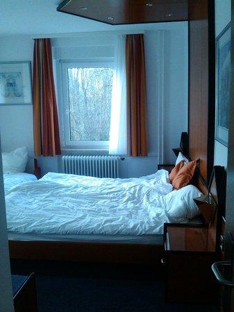 Hotel Bilger Eck: Camas muy grandes y cómodas, incluso la extra bed.