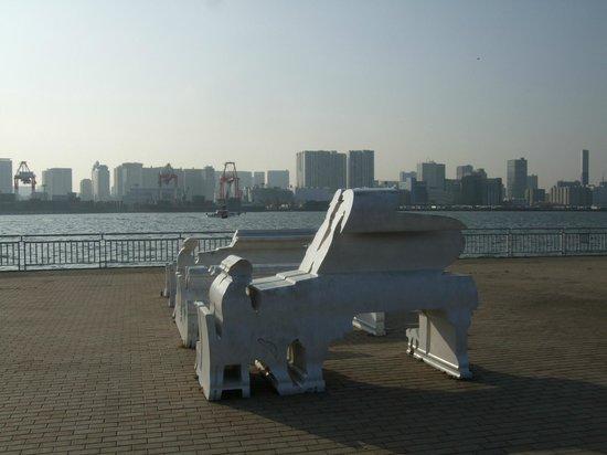 潮風公園, 防波堤のオブジェが見る方向を変えると、別のものに見えます