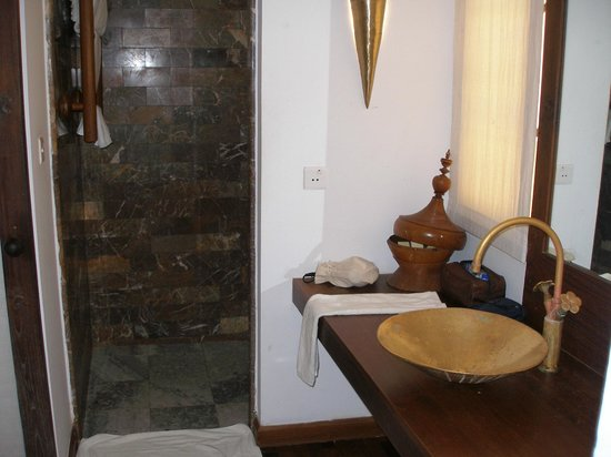Areindmar Hotel: Bathroom with entrance to shower on left