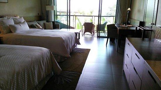 The Westin Siray Bay Resort & Spa Phuket: 一番下のカテゴリーでも50㎡という客室は魅力的。ウエスティンといえばヘブンリーベッド。寝心地再最高でした。
