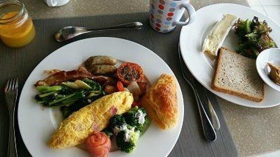 The Westin Siray Bay Resort & Spa Phuket: 朝食。ホテルの価格帯を考えると充実といえますがサービスにはムラが。空いた皿を歩きながら通りすがりに無言で下げていくスタッフとかが たま~にいましたね(´д`)