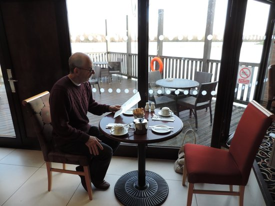 The Reading Lake Hotel: Breakfast by the lake