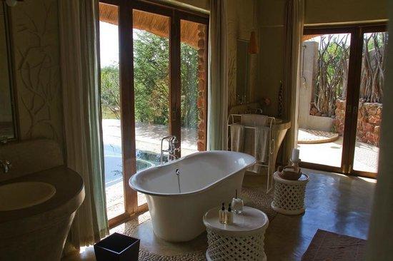 Madikwe Hills Private Game Lodge: Impressive bathroom