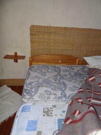 Las Chullpas Eco Lodge: dos colchones unidos transversal a la cama