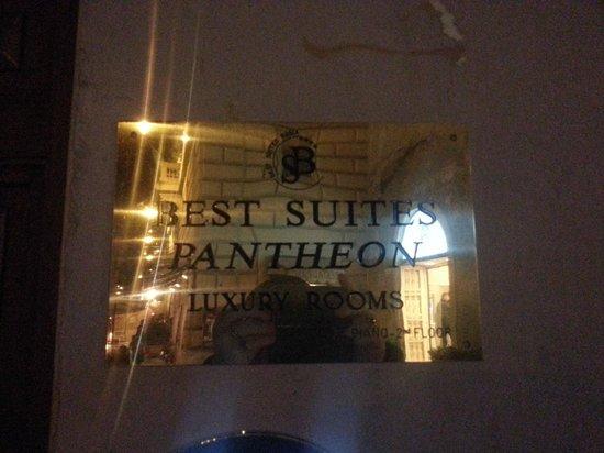 Best Suites Pantheon : Guldskylt utanför