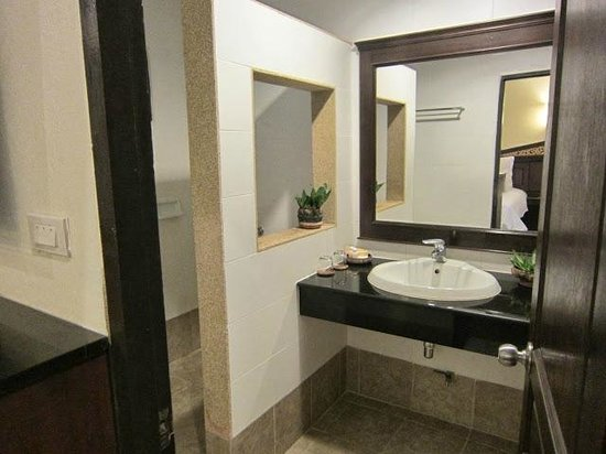 Laluna Hotel and Resort: Bathroom