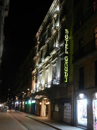 Hotel Gaudi: façade de l'entrée